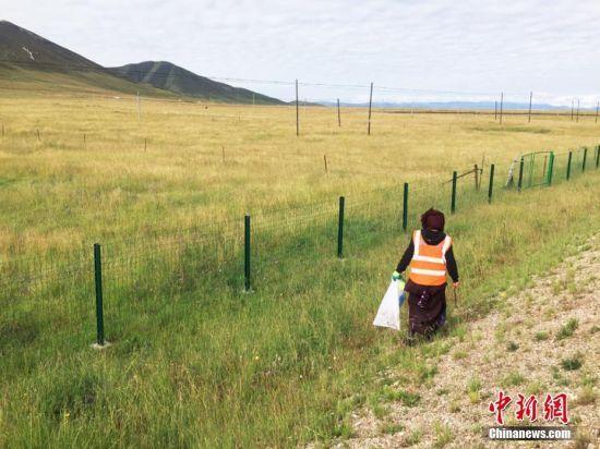徒步草原捡垃圾的藏族民众。