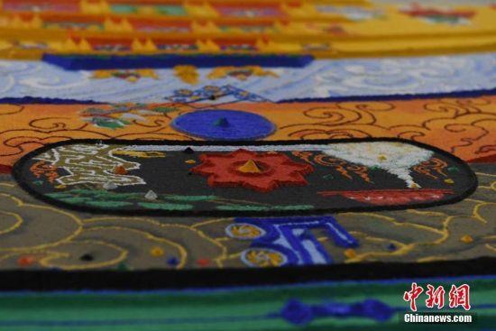 除了本身崇高的宗教意义之外,彩沙坛城也是一门瑰丽的手工艺和美学。杨艳敏 摄