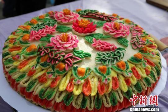 这种堪比精美艺术品的月饼,是丝绸之路蜂腰地带金昌市永昌县一带独有的传统美食。 钟欣 摄
