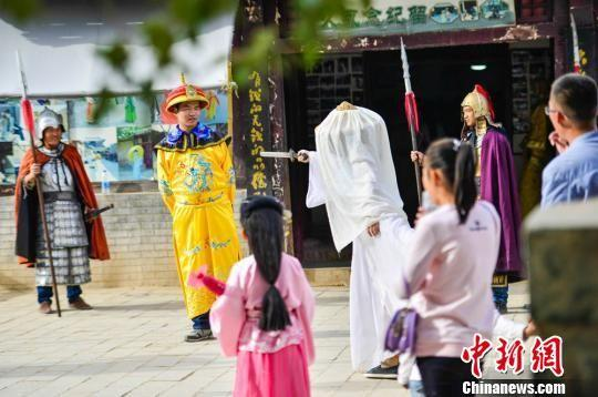 10月5日,游客在敦煌古城拍古装情景照。 王斌银 摄