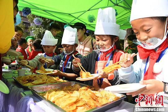 """""""小学生大厨""""在操场上现场制作校园美食。 中新社记者 杨艳敏 摄"""
