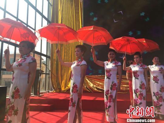 模特队的成员大多数都是退休的老年人,她们身穿旗袍,娉婷而来。 杨娜 摄