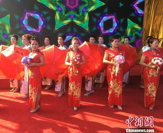 图为模特们身穿火红的旗袍。 张婧 摄