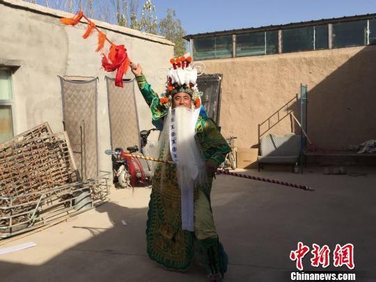 牛宗礼在自家院子里练习表演。刘薛梅摄