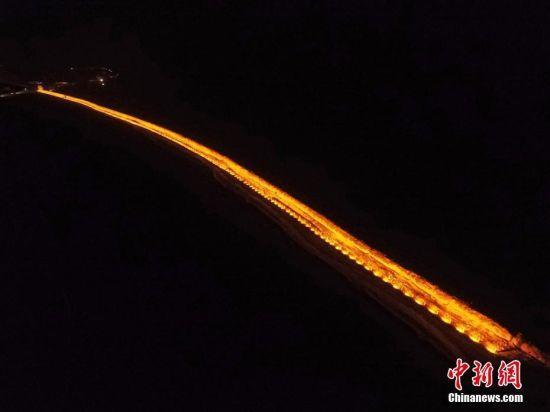 空中俯瞰被灯光亮化后的明长城宛如一条长龙。杨艳敏摄