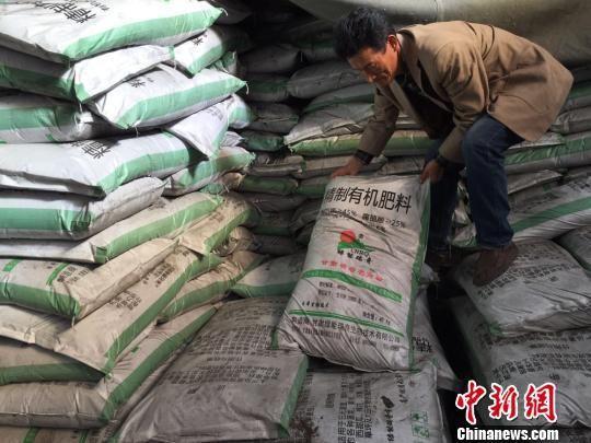 图为有机废弃物生产出的肥料。 刘薛梅 摄