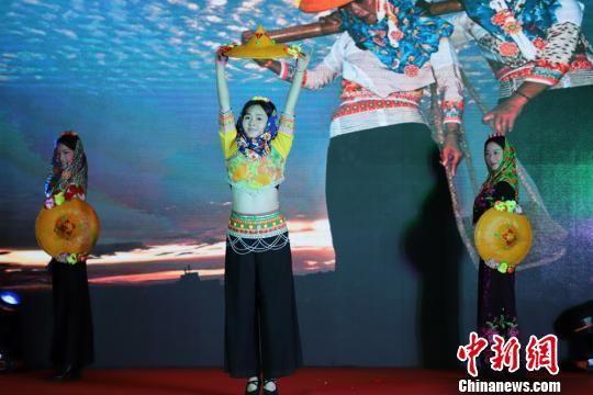 图为福建特色《惠安女》舞蹈表演。 南如卓玛 摄