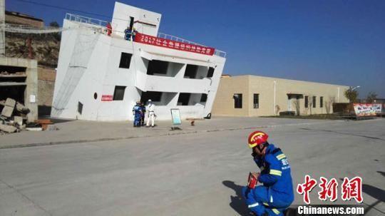 图为社会救援力量模拟演练地震抢险救灾。 钟欣 摄