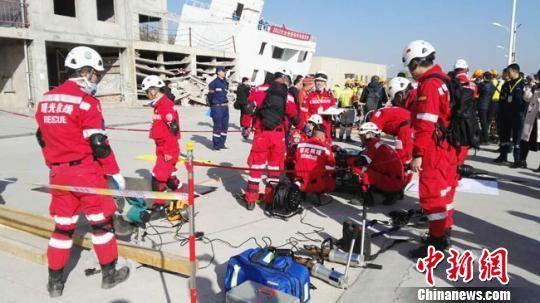 图为来自全国各地的多支社会救援队伍相互比拼和学习救灾技能。 钟欣 摄