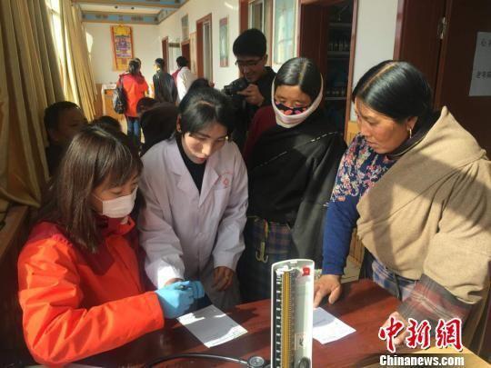 图为韩红一行公益队员在夏河县开展义诊。 钟欣 摄