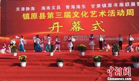 11月7日,甘肃镇原县第三届文化艺术活动周开幕,甘肃镇原县南区小学的孩子们表演诗歌舞蹈《逐梦》。 慕诚 摄