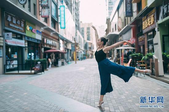 城市舞者郑希夷在兰州街头翩翩起舞。