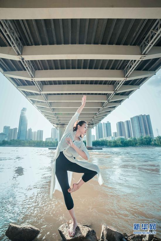 城市舞者郑希夷在黄河岸边舞蹈。