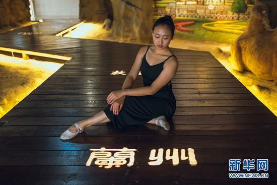 城市舞者郑希夷在兰州城市规划馆舞蹈。