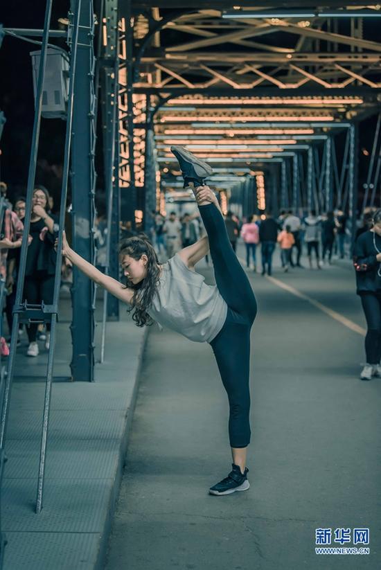 桥上,是匆匆的过客;还有,短暂的艺术时光。城市舞者郑希夷在兰州中山桥上舞蹈。
