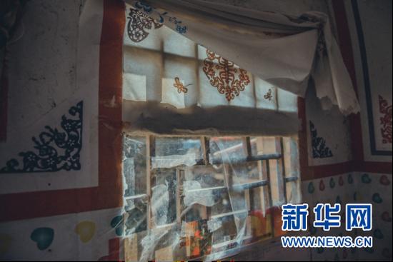 贴在窗棂上的窗花诉说着生活的温暖与故事。