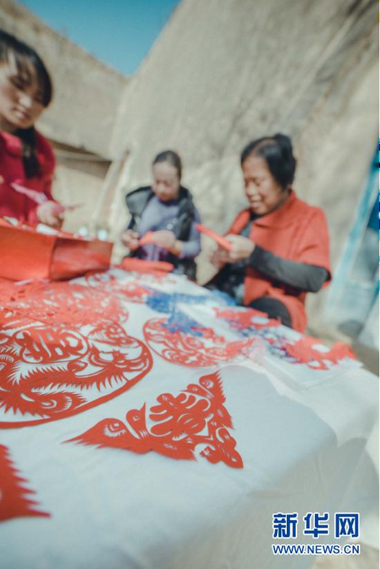 为了线条丰富多变、多姿多态,手艺人们还创造运用了梅花纹、云勾纹、锯齿纹、田禾纹、月牙纹、点纹、水纹、花纹等剪法