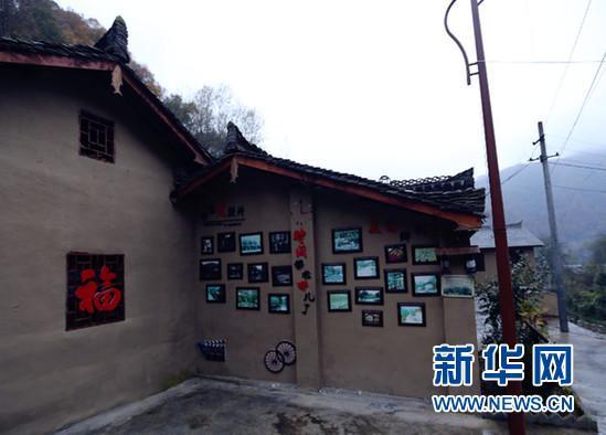 """朱家沟村的""""老照片墙""""。"""