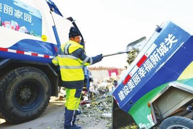 保洁员清运垃圾