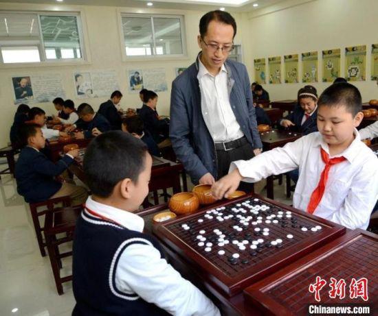 图为小学生上围棋课。(资料图) 静宁路小学供图