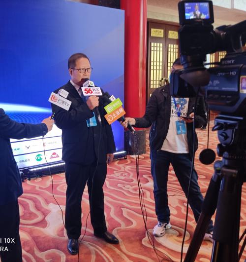 赵文生先生现场接受媒体记者采访