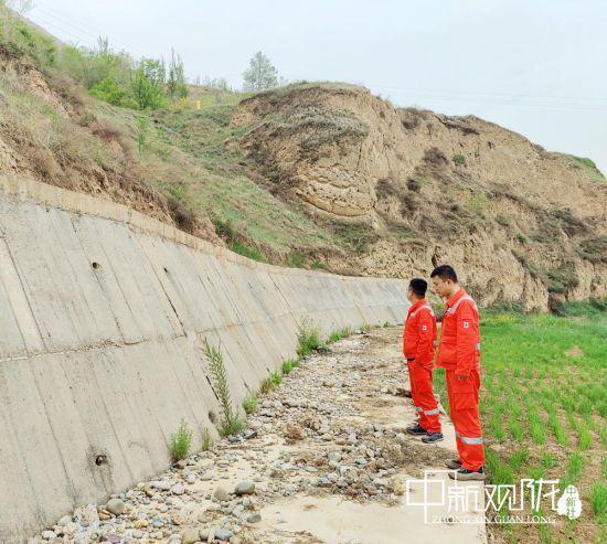 图为管道保护工对管道沿线重点段、地灾易发段、管道水工防护进行震后排查。