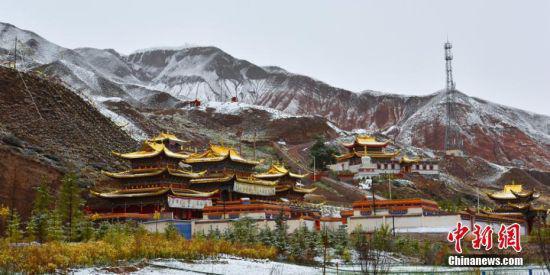 祁连山下的甘肃张掖市肃南裕固族自治县出现降雪天气。 武雪峰 摄