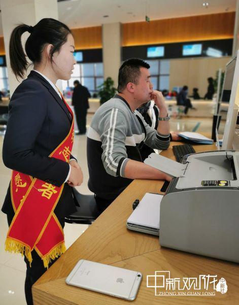 敦煌市民中心志愿服务者协助群众自助办理业务。