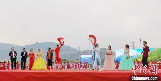 """6月24日,""""中国花儿之乡""""甘肃岷县花儿艺术节开幕。 张婧 摄"""