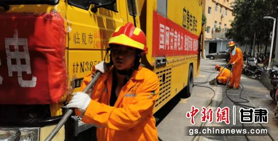 图为国网临夏供电公司应急抢修供电保障队伍在郑州灾区抢修现场应急供电。