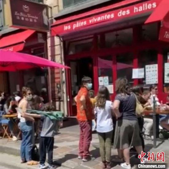 """图为""""活着的面条""""餐馆外排队等候的食客。 受访者供图"""