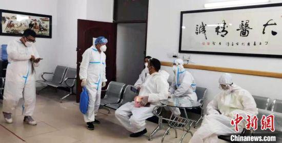 图为喇杰廉和医护人员在中心做防疫排查工作。 受访者供图