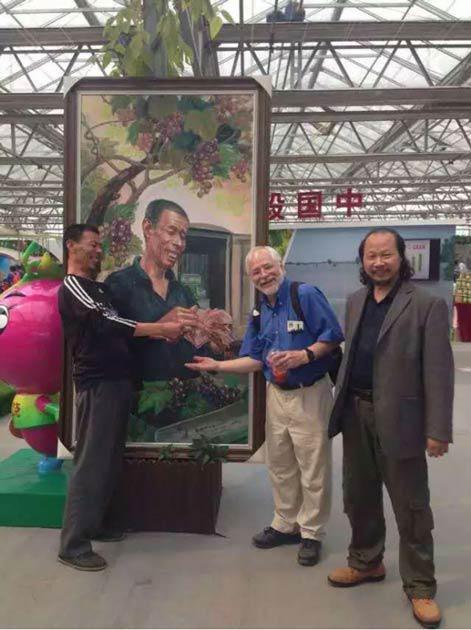 老外学者见到画中的原形老赵,画的很传神学者高兴的和我们一起合影!在北京农业嘉年华一起在现场合影!