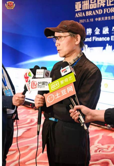 沈光宇先生现场接受媒体记者采访