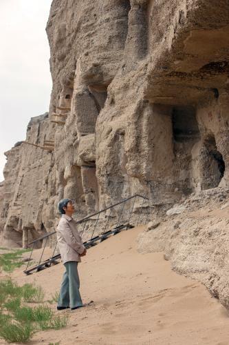 2011年8月,樊锦诗检查加固后的莫高窟北区洞窟。敦煌研究院供图