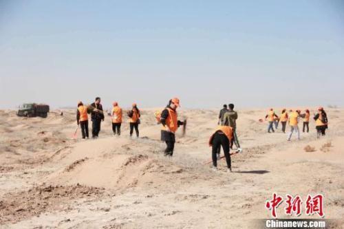 """图为马俊河组织全国各地的志愿者加入""""拯救民勤""""造林治沙计划。(资料图) 钟欣 摄"""