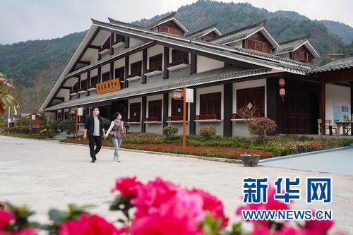 3月24日,游客在甘肃省陇南市康县花桥村景区游览。 新华社发(郎兵兵 摄)