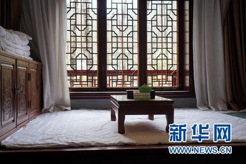 3月24日,甘肃省陇南市康县花桥村景区乡村宾馆内的特色土炕房被布置一新。 新华社发(郎兵兵 摄)