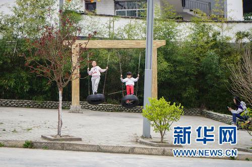 3月24日,孩子们在甘肃省陇南市康县花桥村景区荡秋千。 新华社发(郎兵兵 摄)