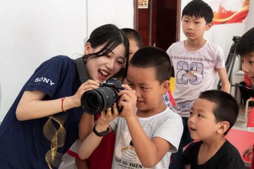 重庆大学大学生志愿者教孩子摄影