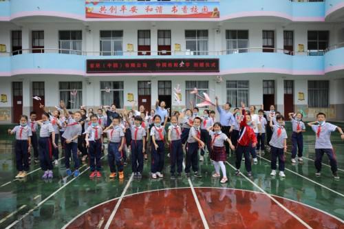 中国传媒大学大学生志愿者在云南保山施甸县示范小学