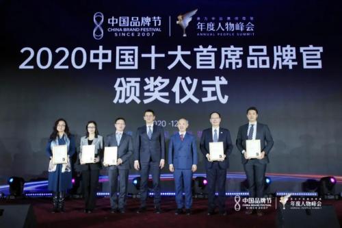 王梅艳(左二)现场领奖并合影