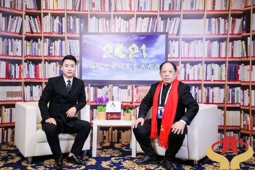 李智泉老师接受记者采访