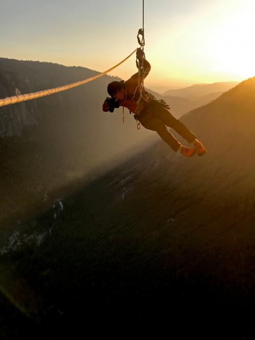 制作团队使用佳能EF相机镜头在崖壁拍摄