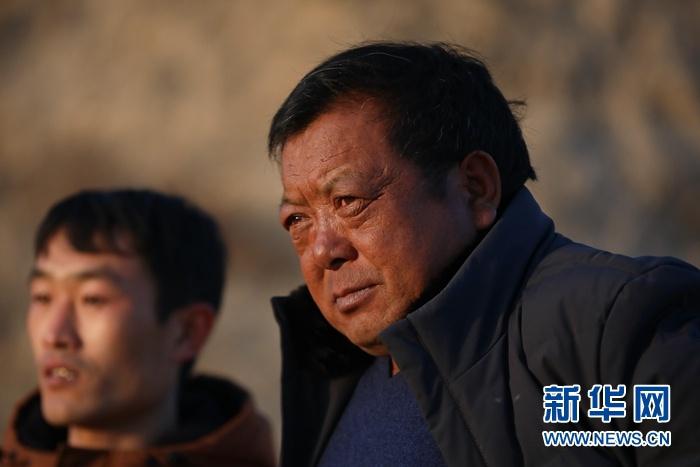 1月5日在会宁县韩家集镇袁家坪村拍摄的任长太(右)。新华社记者 马希平 摄