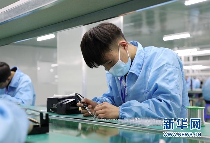 张掖智能制造产业园内企业工人在生产电子产品。新华网(王生元 摄)