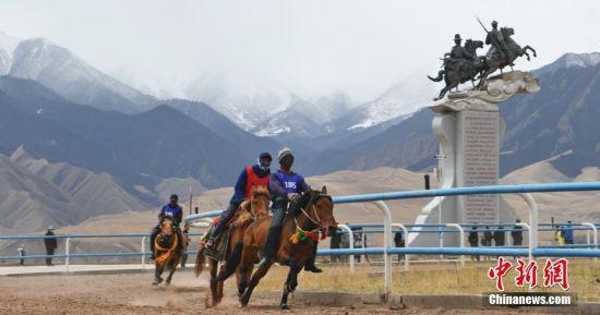 骑手祁连山下赛技艺。武雪峰 摄