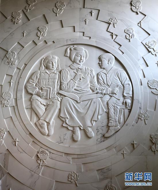 """位于兰州东郊学校的雕塑""""快乐成长""""。"""