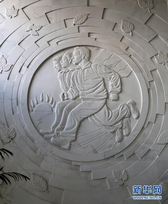 """位于兰州东郊学校的雕塑""""开启智慧""""。"""