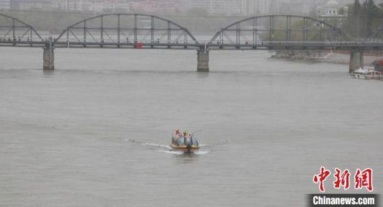 """3月25日下午,兰州黄河水上巴士复航横穿""""百年铁桥""""。 张婧 摄"""
